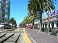 Santa Fe jernbane og Red Trolley stasjon. Surfliner tog til  Los Angeles, Union Station